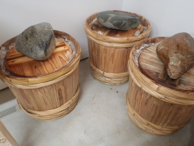 味噌樽詰め・重石をしてビニールをかける。。。