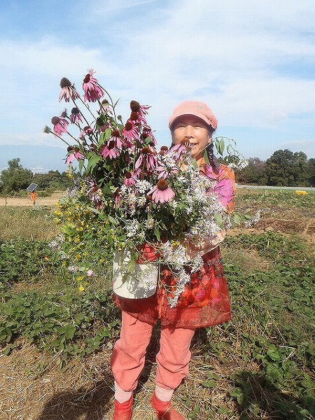 由井会長・B面圃場で花束と③