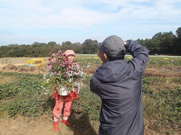 由井会長・B面圃場で花束と①