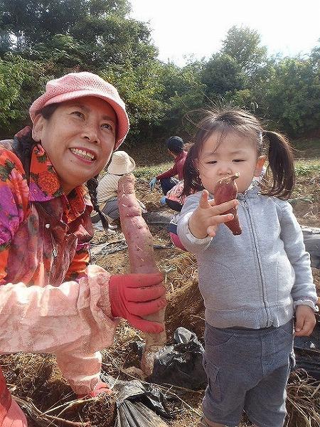 サツマ芋掘り③由井会長と一緒にパチリ!