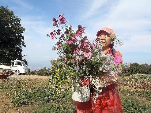 由井会長・B面圃場で花束と②