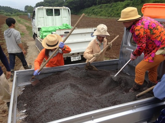 新圃場に武藤農法の改良剤、堆肥を入れていく