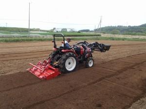 新トラクタ耕運作業