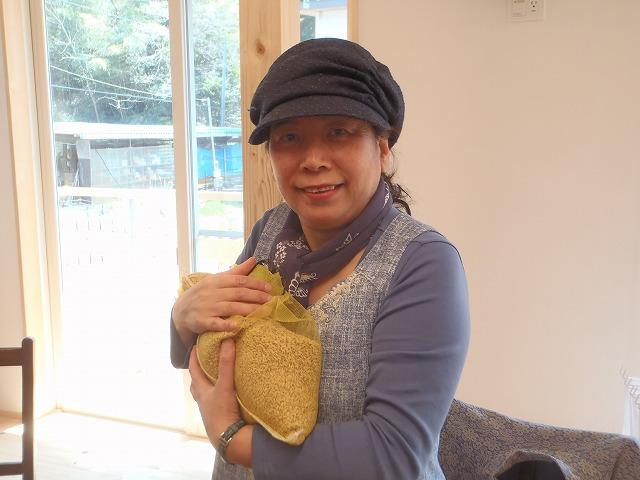 イセヒカリを抱く由井先生
