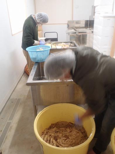 沢庵大根を樽から出し、糠を落とし100gにカット