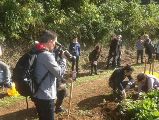 由井会長とシェフのリーさんが中心となって撮影が進んでいく・まずはさつま芋